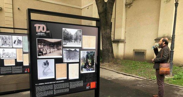 Na Studentském nádvoří pražského Klementina je k vidění výstava věnovaná 170. výročí založení Archivu hl. m. Prahy