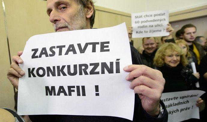 Klienti zkrachovalé firmy H-System před v jednací síni začátkem projednávání jejich případu 8. ledna u Městského soudu v Praze (2015)