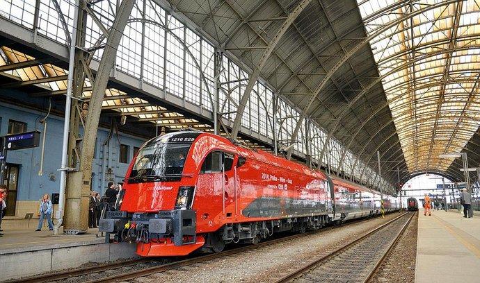 Kolejiště hlavního nádraží zastřešují prosklené ocelové obloukové konstrukce o rozpětí 33,3 metru a výšce osmnáct metrů. Pod nimi leží nástupiště číslo 1 až 4