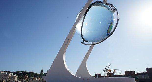Sluneční kombajn je obrovská skleněná koule v minimal nerez rámu