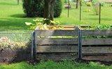 Čo je lepšie – kompost alebo kompostér?