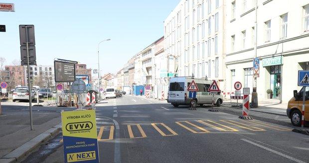 S koronavirovým rozvolněním se na Koněvově ulici rozběhly stavební práce.