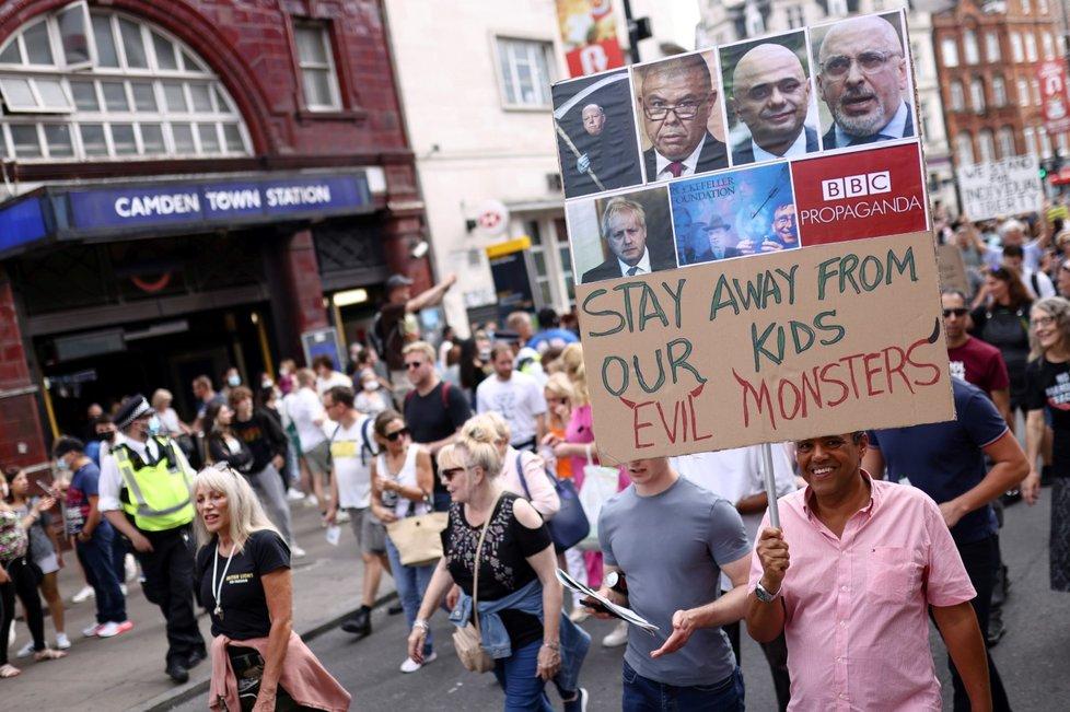 Demonstrace proti očkování dětí v Británii