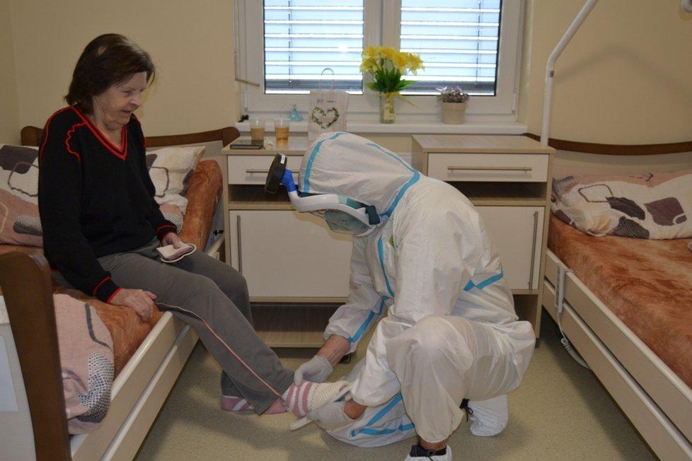 Koronavirus v Česku: V domovech pro seniory platila přísná protiepidemická opatření.