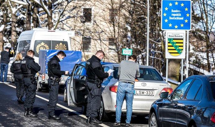 Kontroly na hraničním přechodu v Petrovicích na Ústecku.