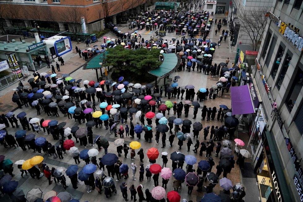 Fronty před obchodním domem v jihokorejském Soulu, na koupi roušek a respirátorů čekají lidé dlouhé hodiny. (28. 2. 2020)