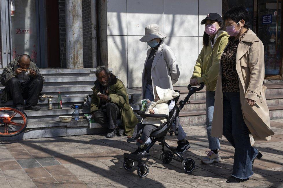 Koronavirus v Číně: Do Číny se pomalu vrací život, lidé se vracejí do práce, obchody se otvírají, zaplňují se ulice měst. (22. 3. 2020)