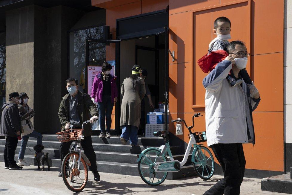 Koronavirus v Číně: Do Číny se pomalu vrací život, lidé se vracejí do práce, obchody se otvírají, zaplňují se ulice měst, (22.03.2020).
