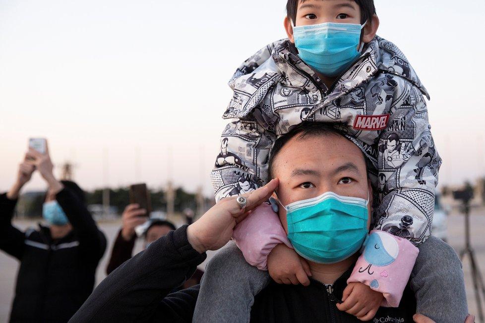 Pandemie koronaviru z Číny stále nezmizela. Země hlásí další nakažené. (4. 4. 2020)