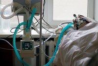 Mladých lidí v těžkém stavu přibývá. V pražských nemocnicích leží i dvacátníci, co za to může?