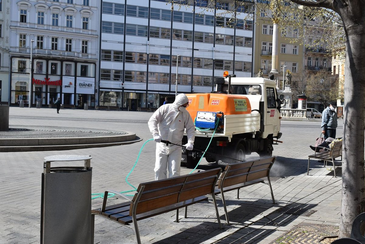 Úřad městské části Brno-střed zahájil v pondělí v poledne dezinfekci hlavních ulic v centru Brna. Důvodem jsou opatření proti šíření nákazy novým koronavirem.