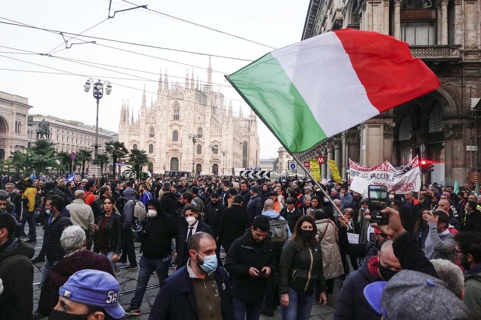Koronavirus v Itálii: Protest proti covidpasům.