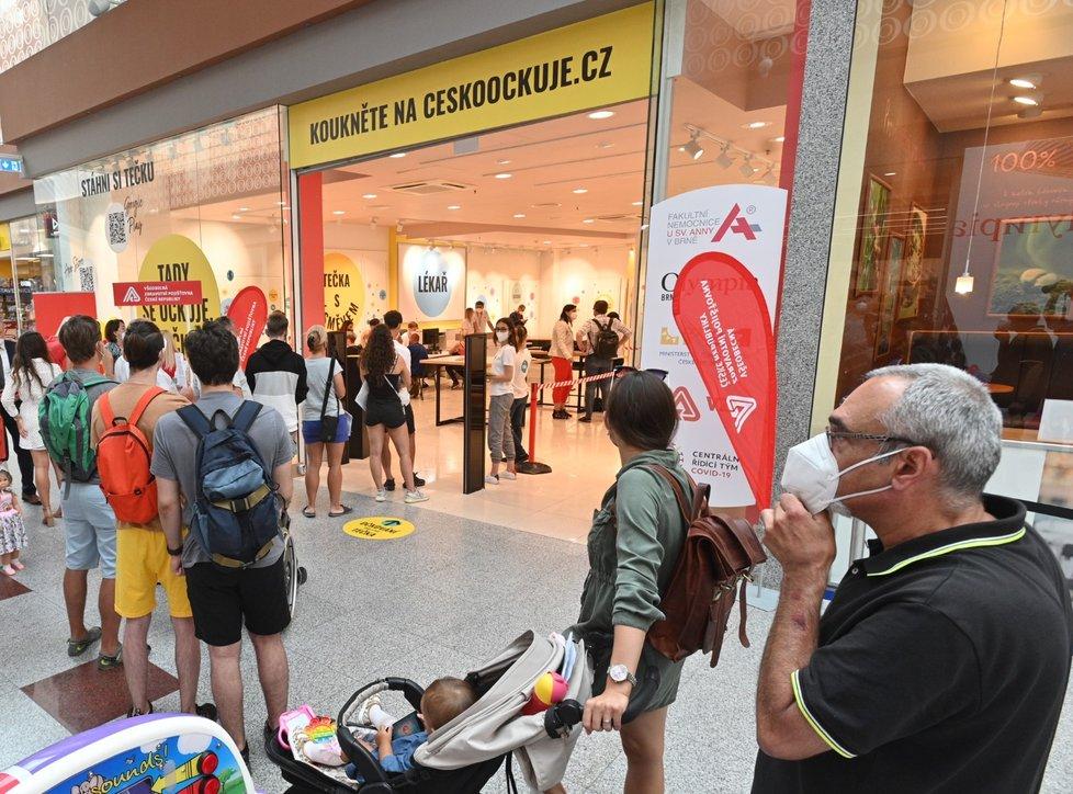 Očkovací centrum bez registrace v brněnském nákupním centru Olympia začalo 21. července 2021 lidem aplikovat vakcíny proti nemoci covid-19.