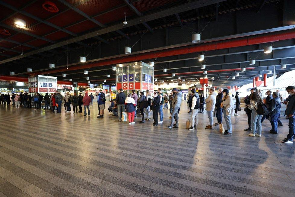 Očkování proti koronaviru na hlavním nádraží v Praze a fronty (22. 10. 2021)
