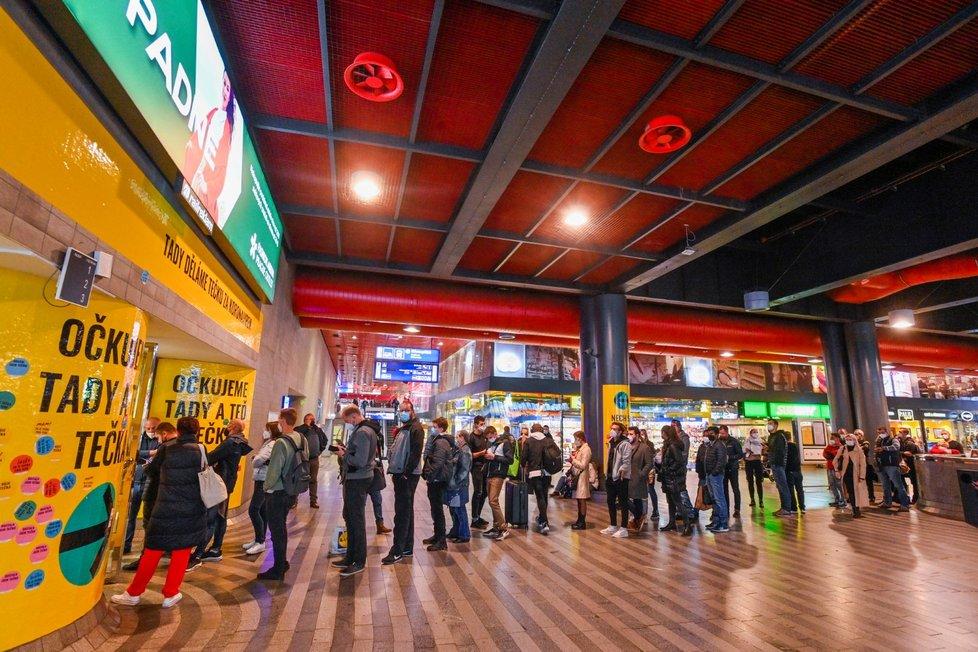 Fronta před očkovacím centrem na hlavním nádraží v Praze na snímku z 21. října 2021. Zájemci o očkování proti covidu-19 sem mohou přijít bez objednání.