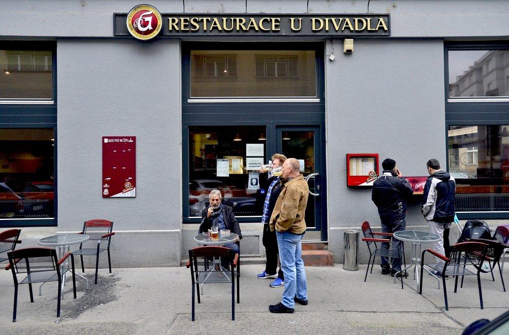 Říjnové zavírání pražské restaurace U Divadla kvůli druhé vlně koronaviru