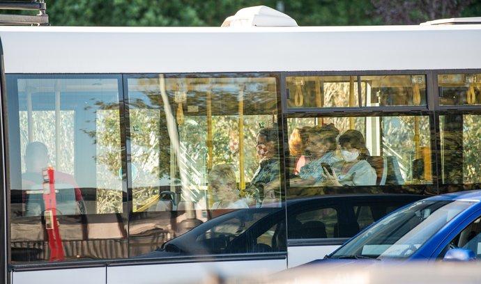 V autobuse s rouškou