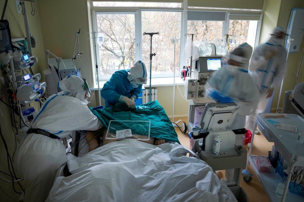 Covidoví pacienti na JIP v Moskvě.