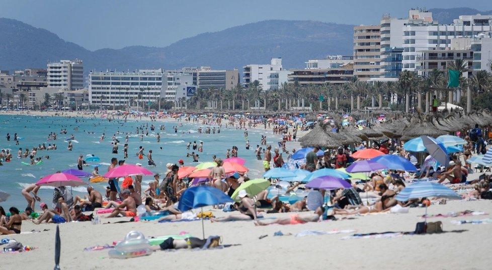 Turisté v letovisku Palma de Mallorca (červenec 2021)
