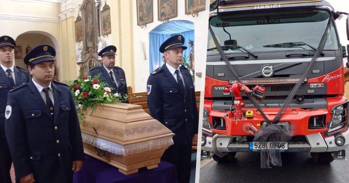 Pohřeb dobrovolného hasiče z Koryčan Marka: Černá stužka a rakev na veteránu. Loučila se stovka lidí