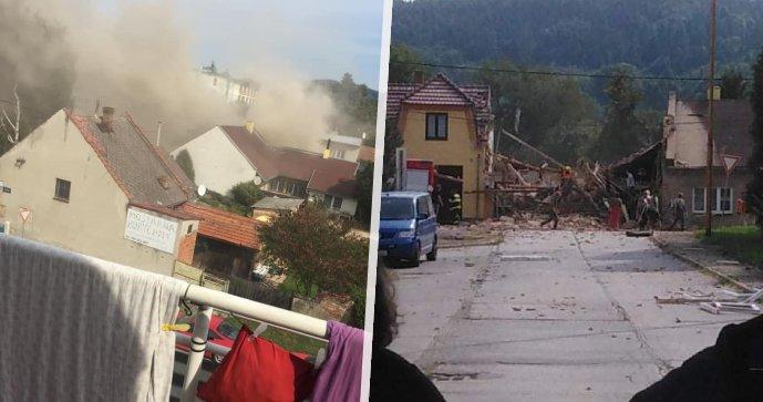 V Koryčanech došlo k výbuchu domu: Trosky zavalily hasiče, zasahuje vrtulník