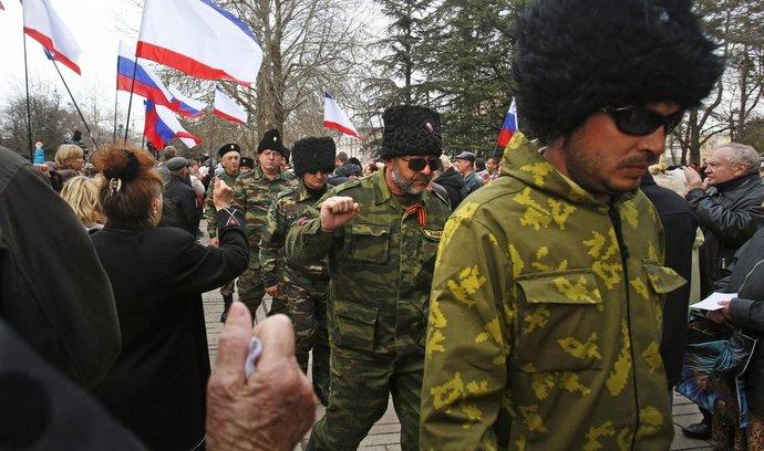 Kozáci při proruském protestu před budovou místního parlamentu v Simferopolu