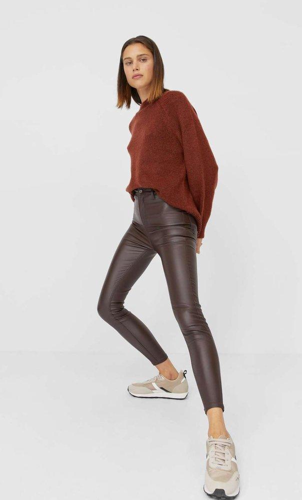 Hnědé koženkové kalhoty s vysokým pasem, Stradivarius, stradivarius.com, 549 Kč