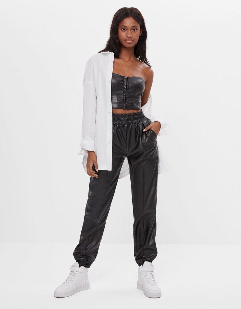 Jogger kalhoty s koženým efektem, Bershka, bershka.com, 549 Kč