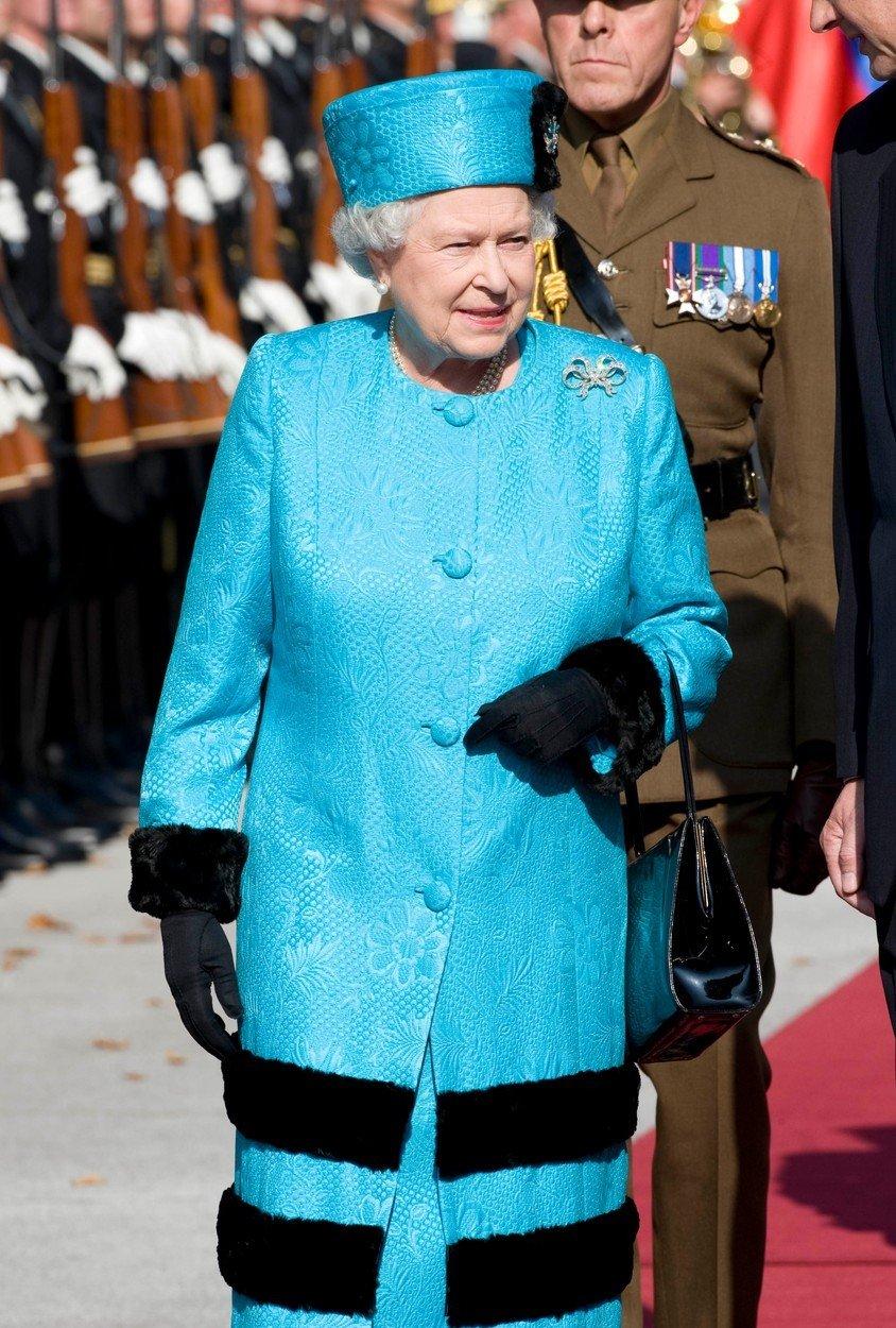 Královna Alžběta II. a její módní vkus: Typické kostýmky