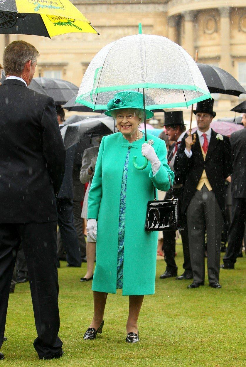 Královna Alžběta II. a její módní vkus: Vyladěný je i deštník