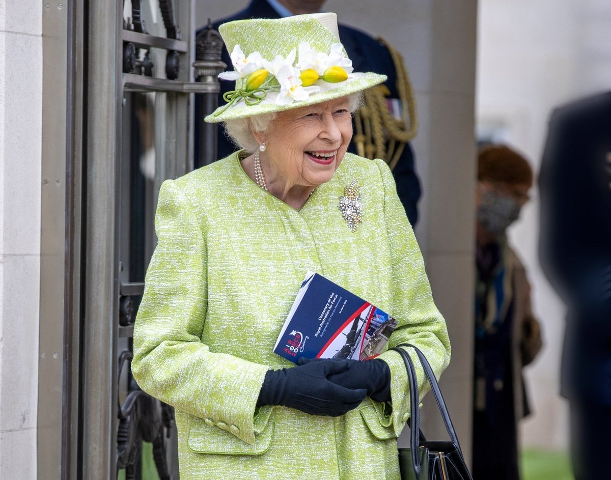 Královna Alžběta II. a její módní vkus: V pokrývkách hlavy experimentuje