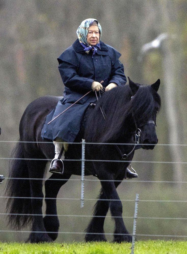 Královna Alžběta II. při projížďce na koni v roce 2014