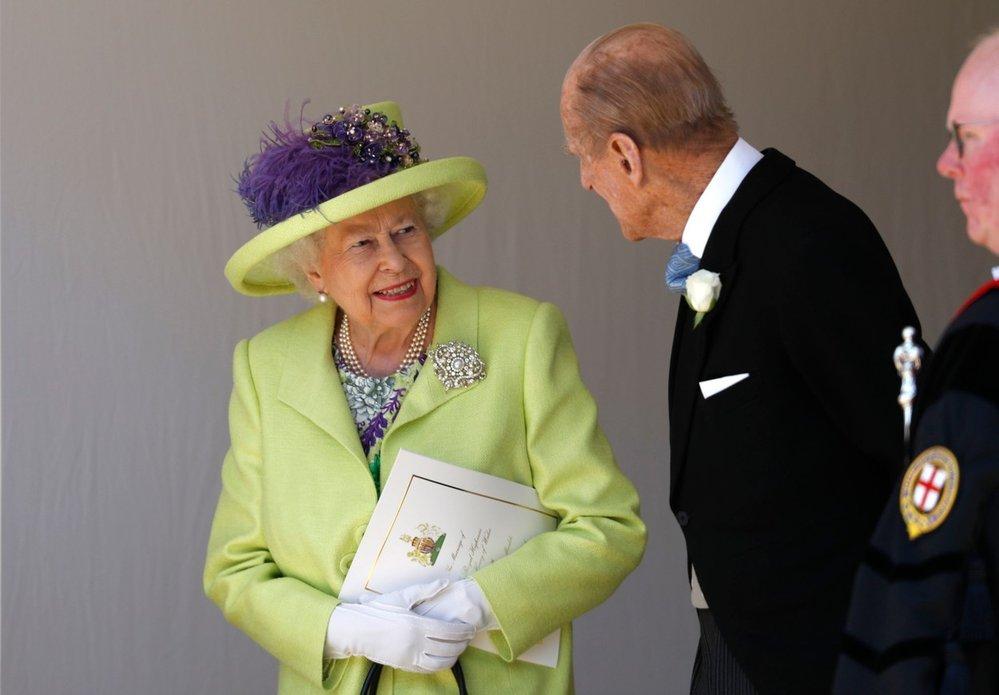 Královna Alžběta II. s manželem princem Philipem na svatbě svého vnuka prince Harryho s Meghan Markle (rok 2018)