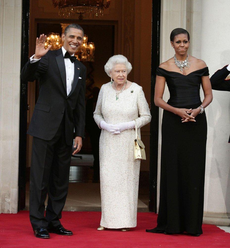Královna Alžběta II. přivítala v Buckinghamském paláci tehdejšího prezidenta USA Baracka Obamu s první dámou Michelle Obama (rok 2011)