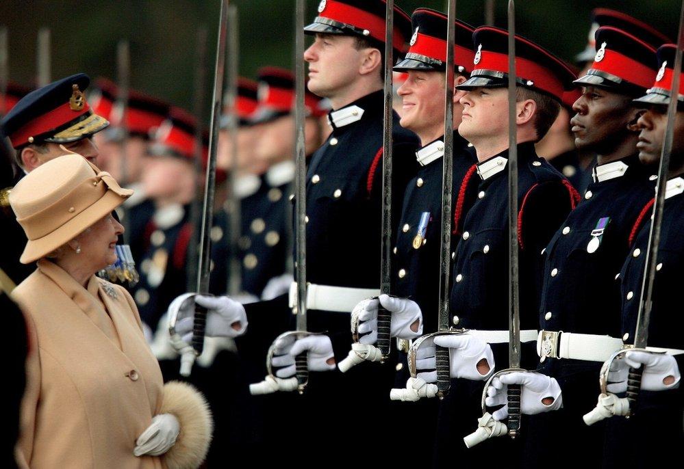 Královna Alžběta II. navštívila vojenskou akademii Sandhurst Military a neubránila se upřímnému úsměvu, když viděla svého vnuka Harryho (rok 2006)
