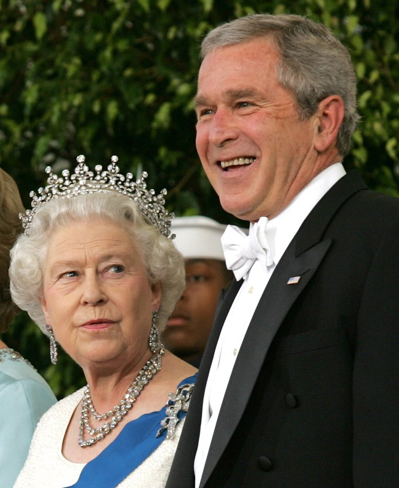 Královna Alžběta II. na návštěvě v Bílém domě za tehdejším prezidentem USA Georgem W. Bushem v roce 2007