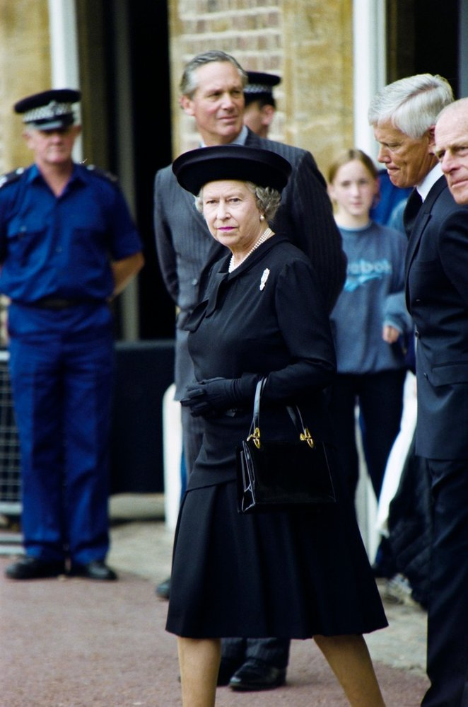 Královna Alžběta II. na pohřbu princezny Diany v roce 1997