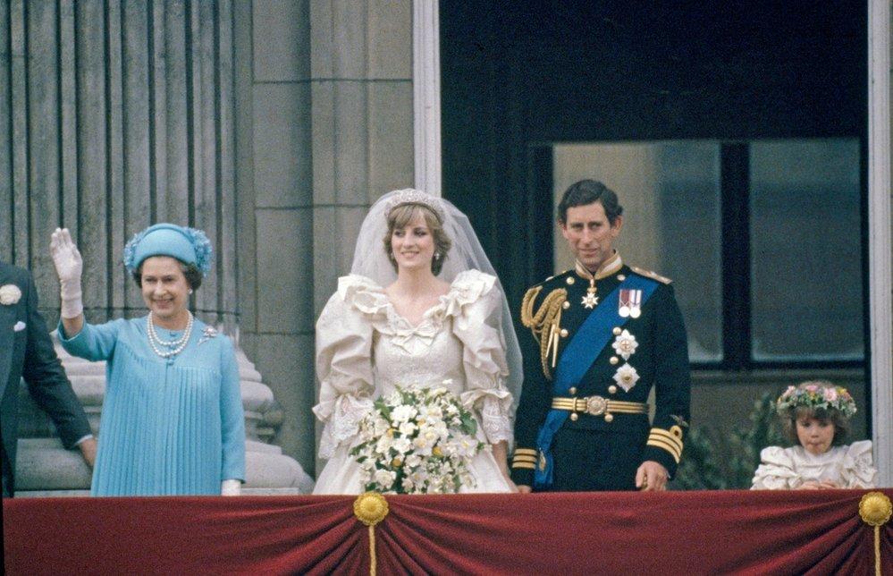 Královna Alžběta II. na svatbě svého syna prince Charlese a Diany v roce 1981