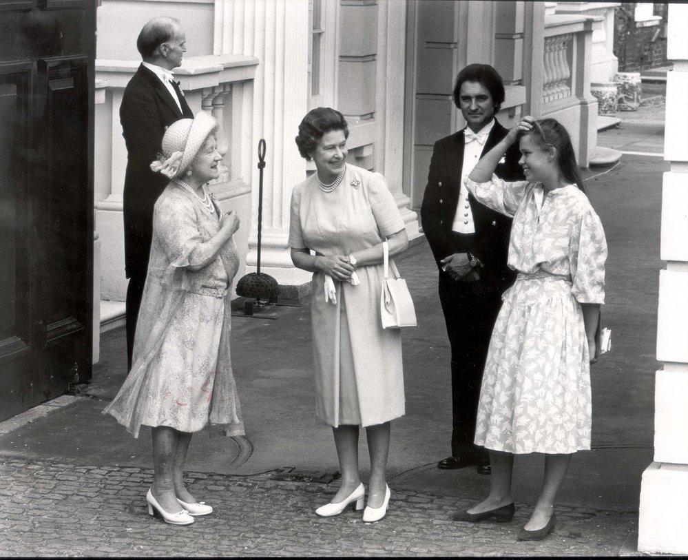 Královna Alžběta II. se svou matkou, která tehdy slavila 83. narozeniny (rok 1983)