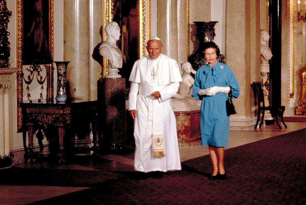 Královna Alžběta II. s tehdejším papežem Janem Pavlem II. v roce 1982