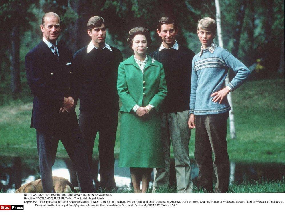 Královna Alžběta II. s manželem princem Philipem a jejich společnými syny Charlesem, Andrewem a Edwardem (1975)