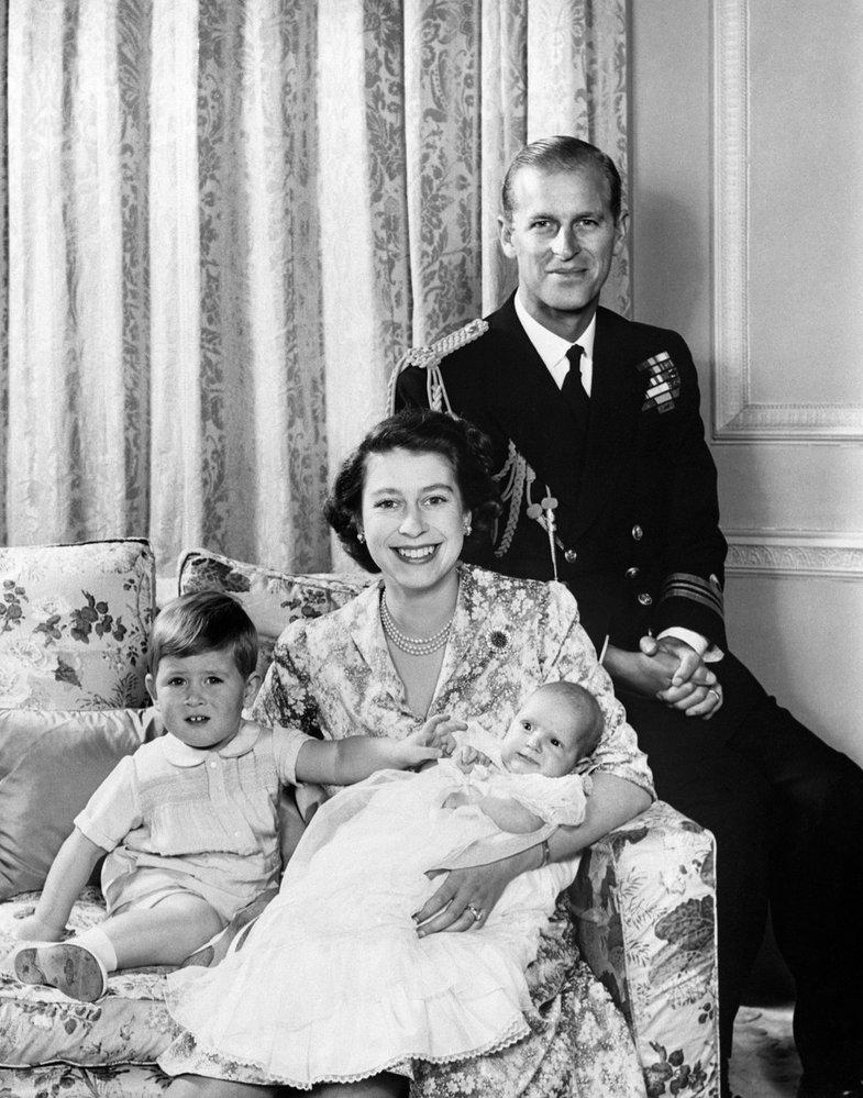 Rodinné foto princezny Alžběty, prince Philipa, malého prince Charlese a malé princezny Anne (rok 1950)