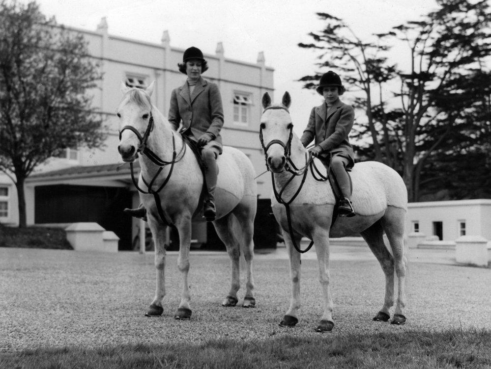Princezna Alžběta s mladší sestrou Margaret na vyjížďce na koních v roce 1940