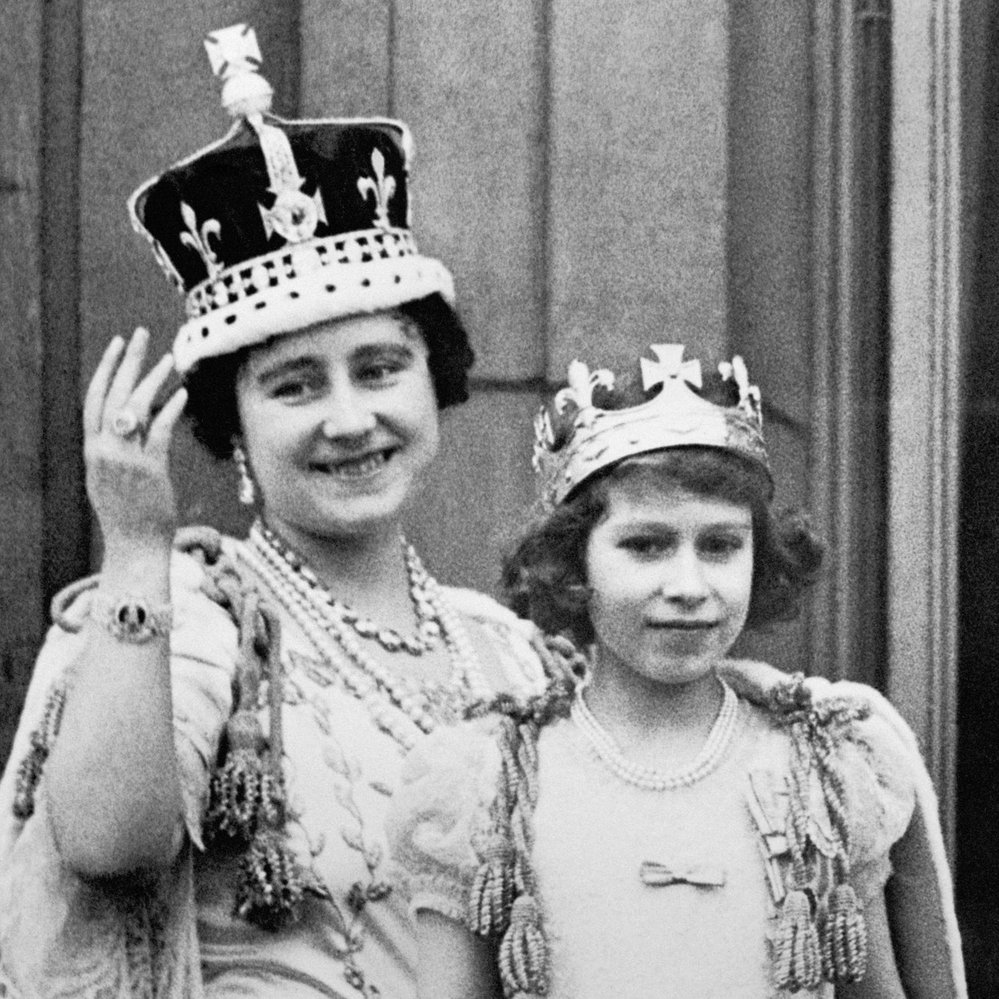 Princezna Alžběta se svou maminkou královnou Alžbětou těsně po korunovaci otce Jiřího VI. králem v roce 1937