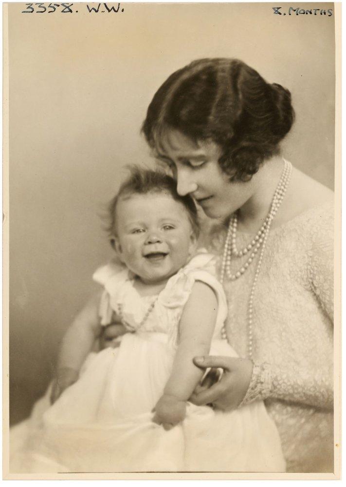 Princezna Alžběta se svou maminkou vévodkyní Alžbětou v roce 1927