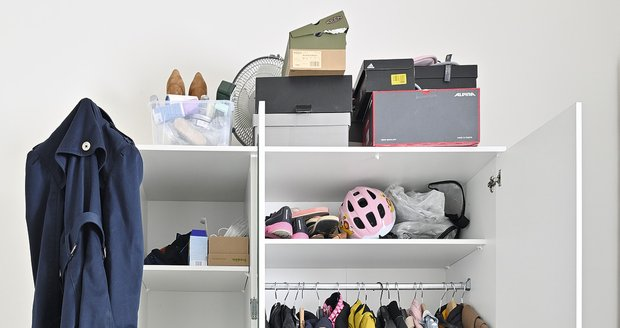Ve skříni se kromě oblečení tísnily i ručníky a další věci. Na ní byly navršené krabice.