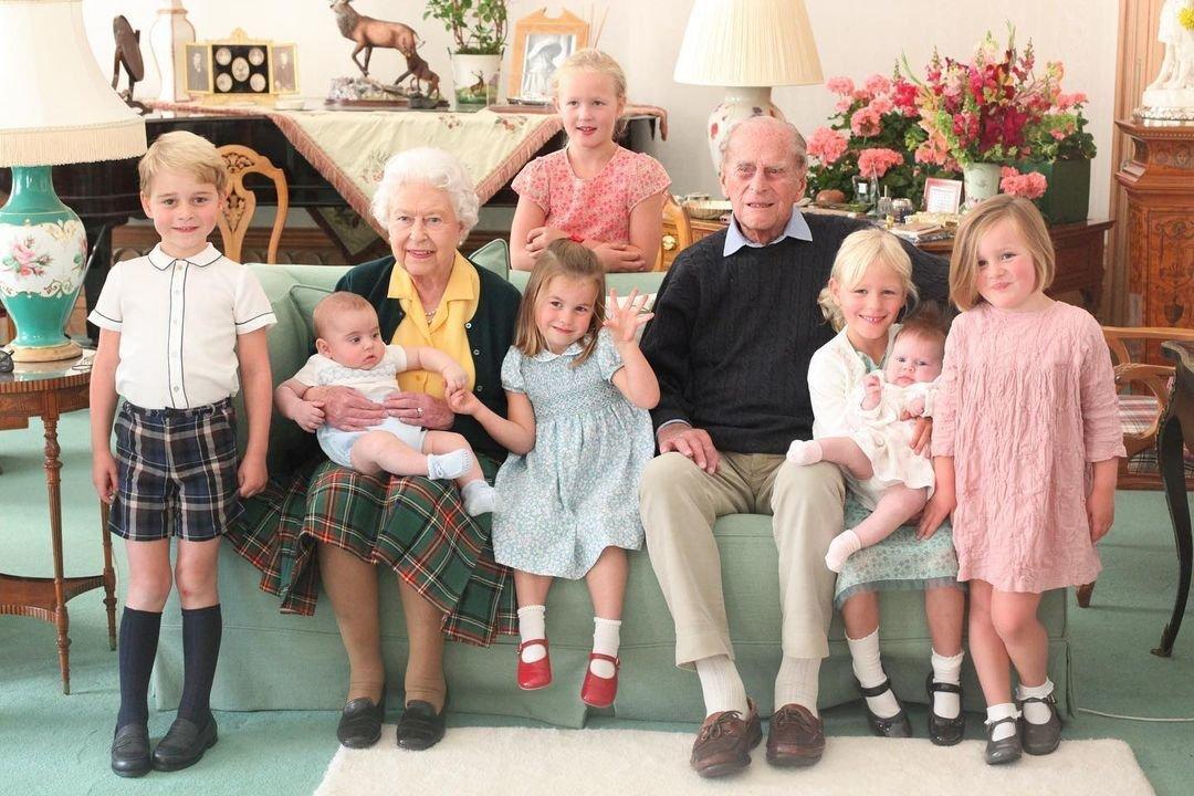 Královna Alžběta a zesnulý princ Philip se svými sedmi pravnoučaty na snímku z roku 2018