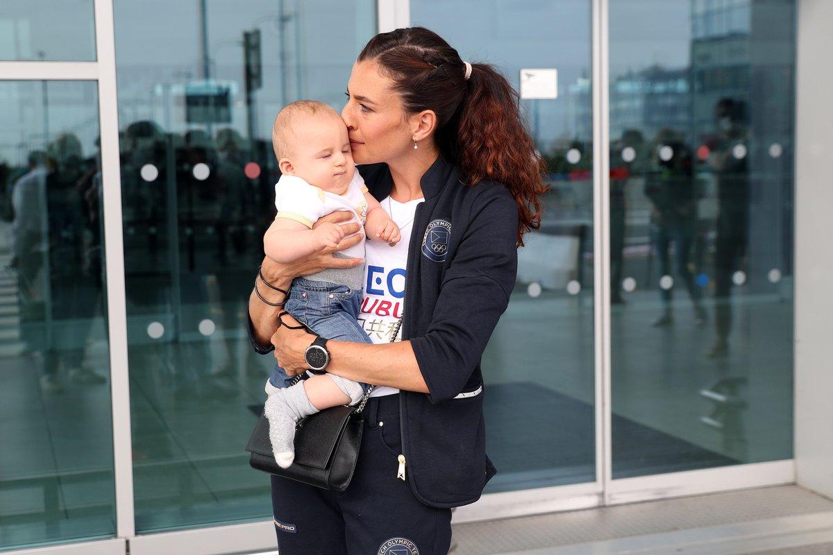 Se synem se loučila na letišti.
