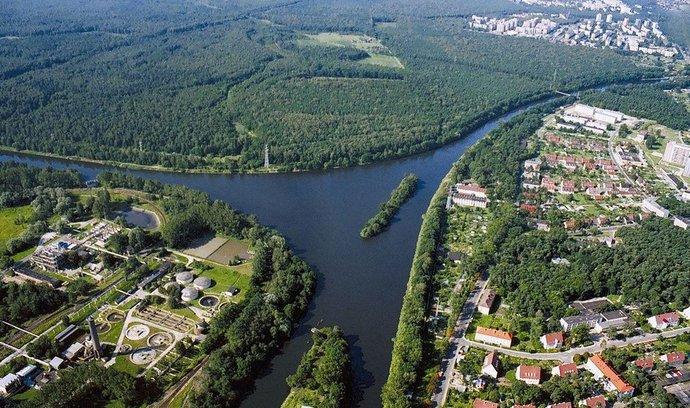 Křižovatka hotového úseku kanálu Odra–Dunaj s Gliwickým průplavem u města Kędzierzyn-Koźle v Polsku