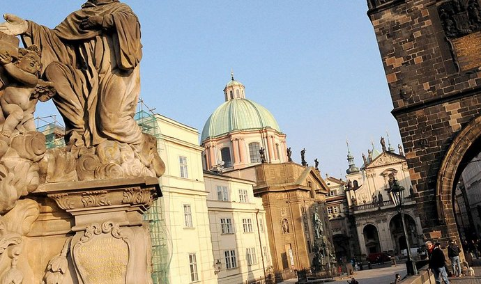 Křižovníci, kteří sídlí na pražském Křižovnickém náměstí, odhadují, že z původního majetku 5900 hektarů půdy dostanou maximálně polovinu.